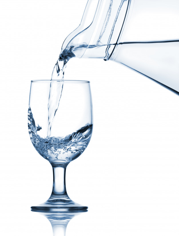 derramando-agua-no-copo-do-jarro_8595-13