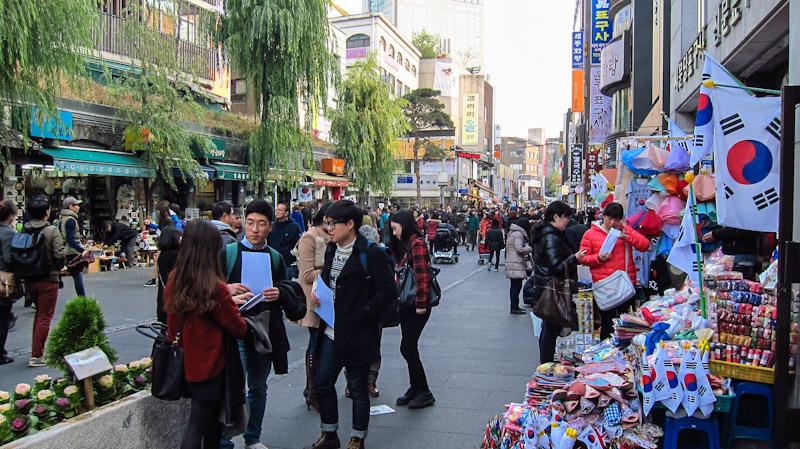 small_shops_near_ssamziegil_market_in_insadong_seoul