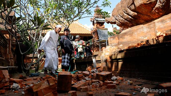 bali_quake_at_temple_jul_16
